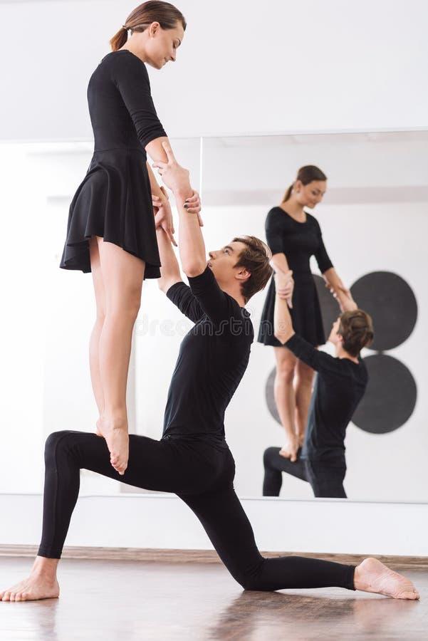 Dançarino masculino gracioso que reflete no espelho imagens de stock royalty free