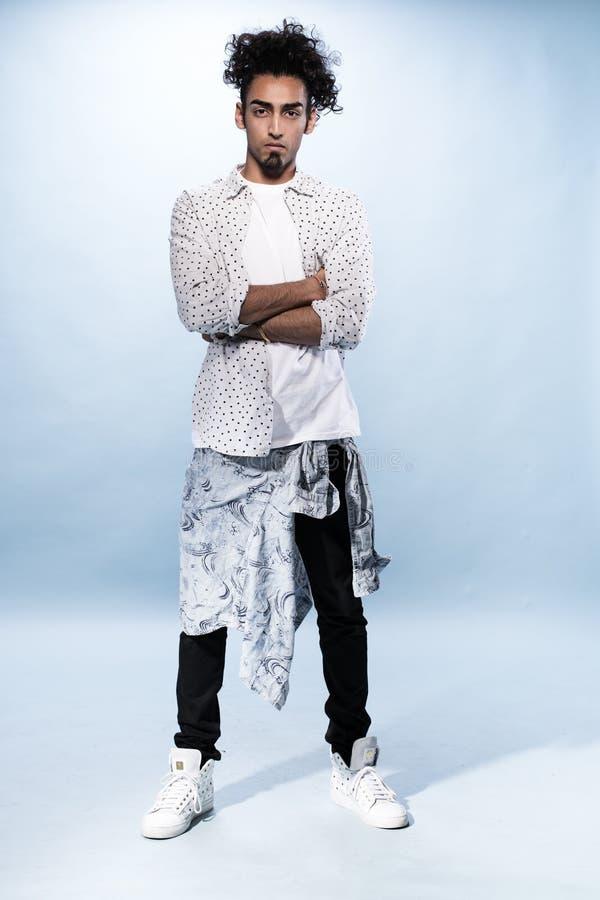 Dançarino masculino novo à moda Against White de Hip Hop imagens de stock