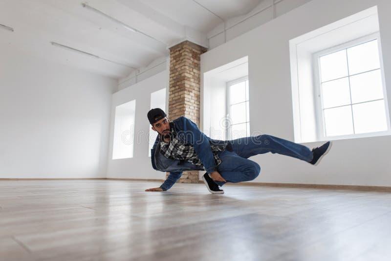 Dançarino masculino novo considerável à moda com um tampão foto de stock royalty free