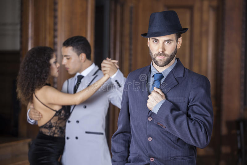 Dançarino masculino seguro With Partners Performing do tango em Backgrou imagens de stock royalty free