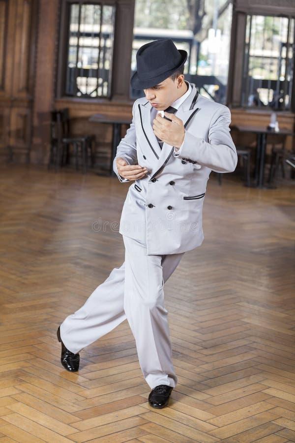 Dançarino masculino seguro Performing Tango fotos de stock