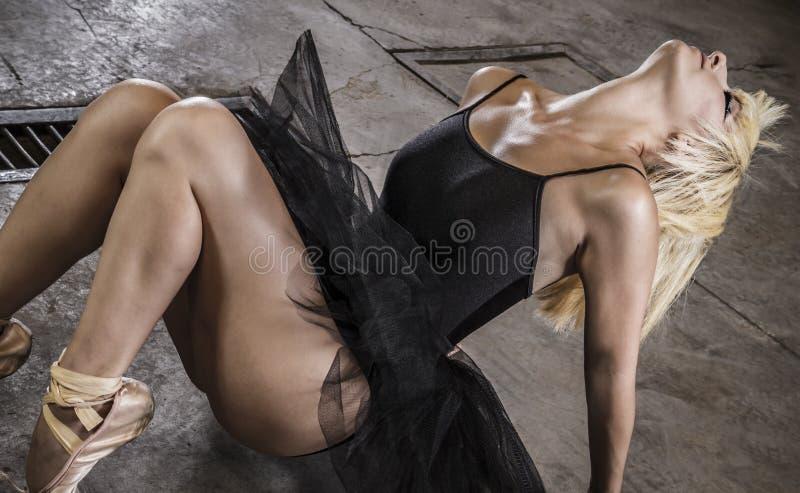 Dançarino Moça na sala industrial foto de stock