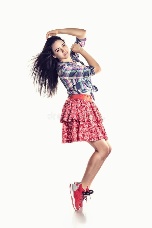 Dançarino moderno da moça do estilo que levanta no fundo do estúdio foto de stock royalty free