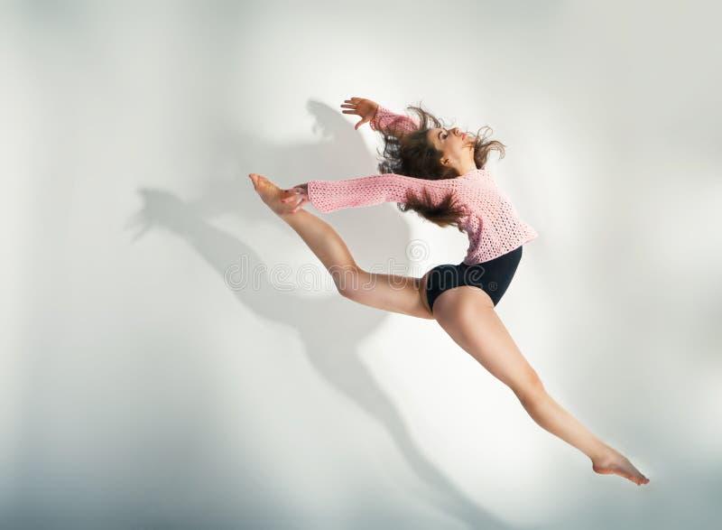 Dançarino moderno do estilo que levanta no fundo branco imagens de stock