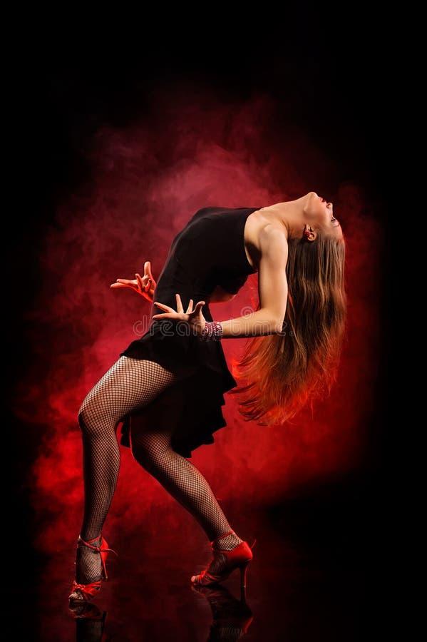 Dançarino moderno do estilo que levanta no fundo escuro imagens de stock