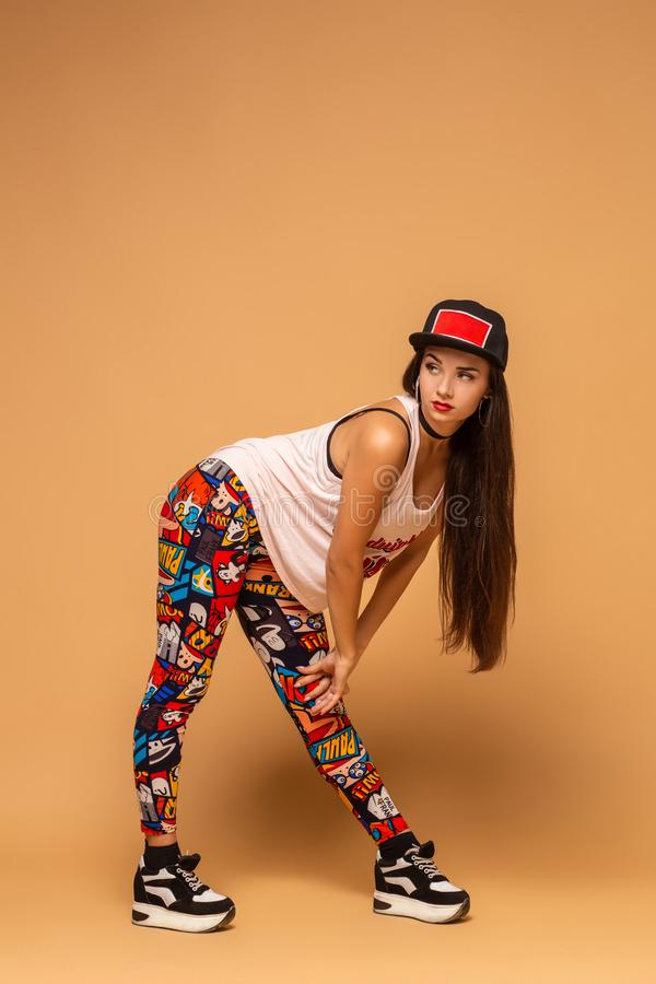 Dançarino moderno do estilo que levanta no fundo do estúdio Hip-hop, funk do jazz, dancehall fotos de stock