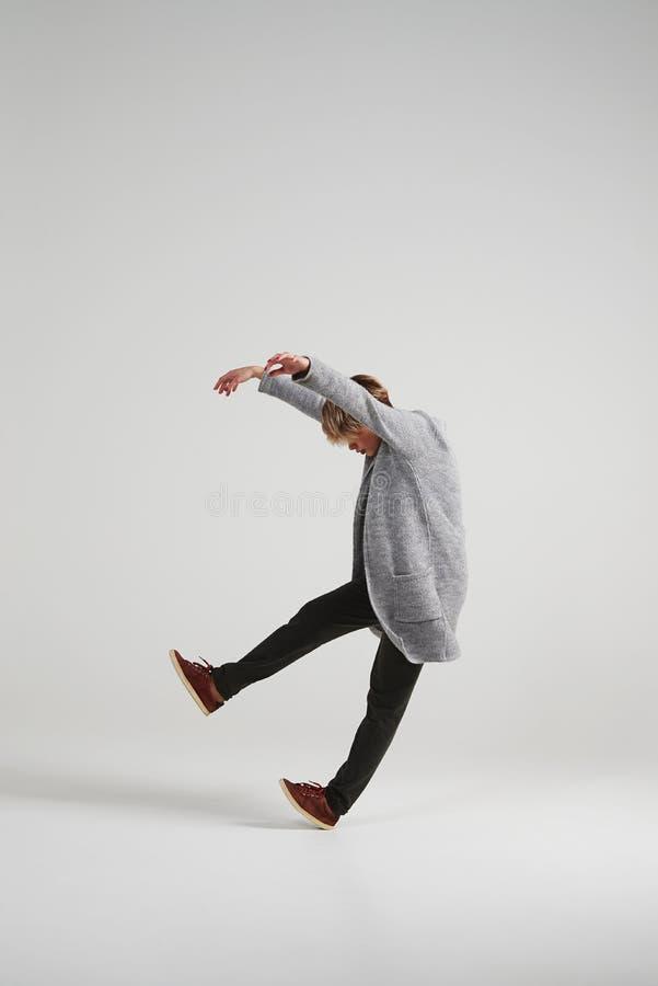 Dançarino moderno na moda com o corte de cabelo curto que dá certo no estúdio foto de stock