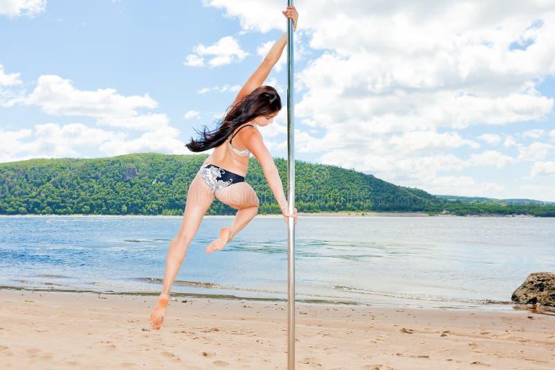 Dançarino na praia do verão do riverbank do pilão fotos de stock