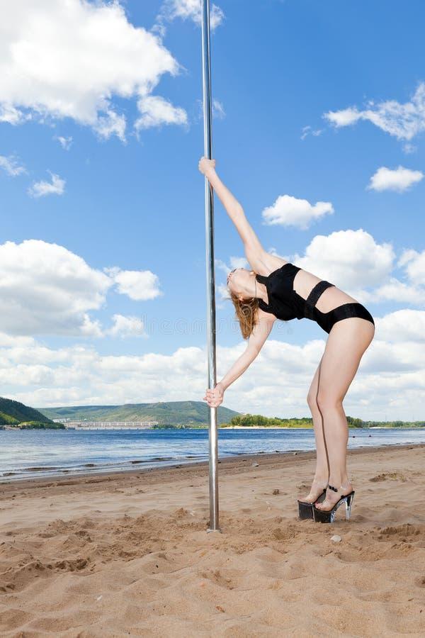 Dançarino no maiô na praia do verão fotografia de stock