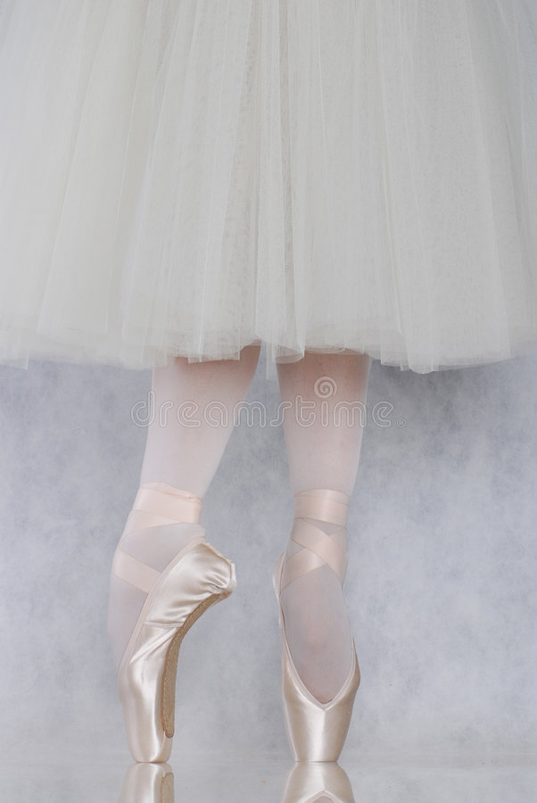 Dançarino no pointe do bailado fotografia de stock royalty free