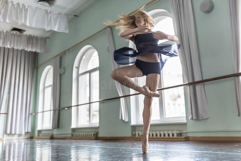 Dançarino no salão do bailado fotos de stock royalty free