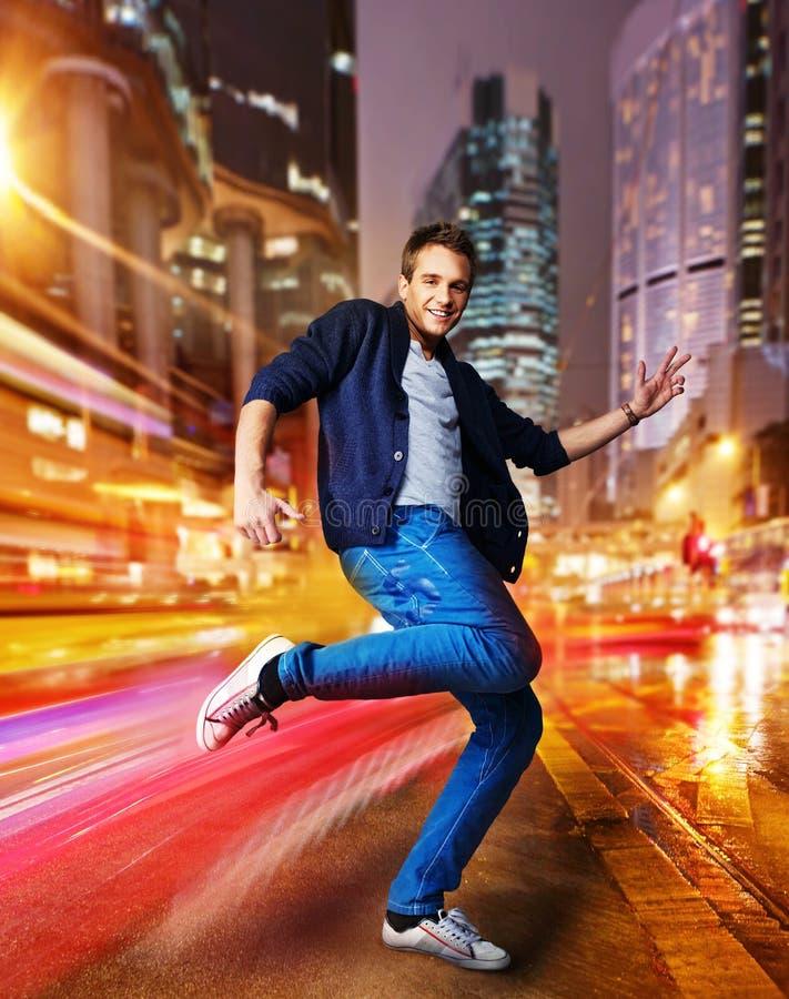 Dançarino novo à moda em uma cidade da noite imagens de stock