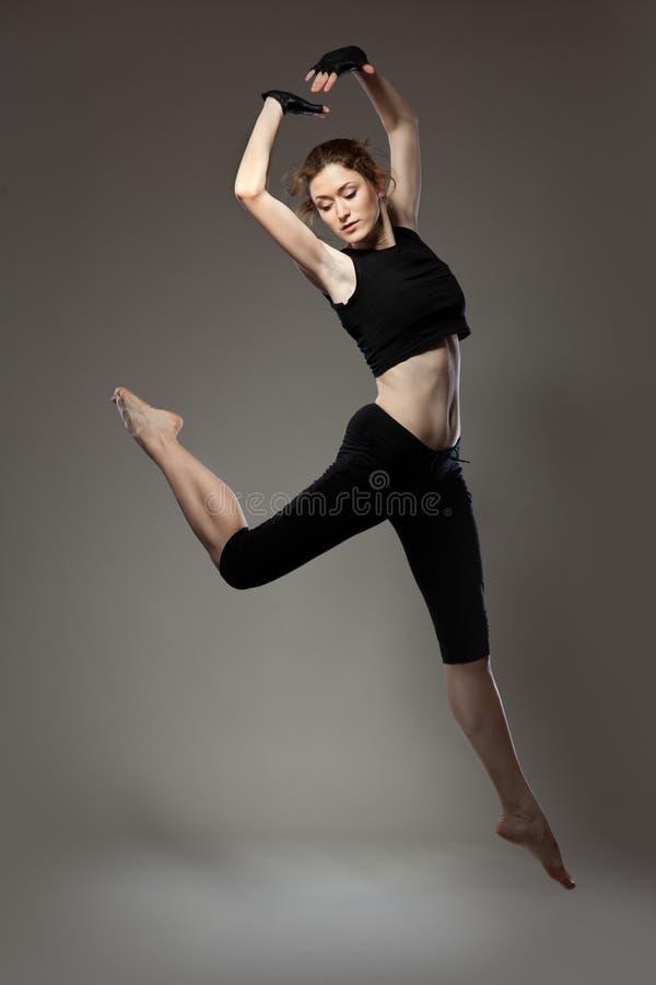 Dançarino novo de salto fotos de stock