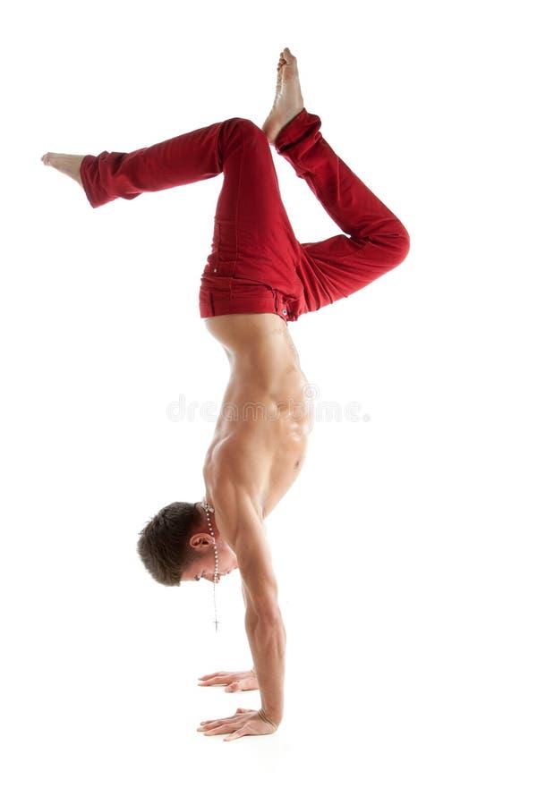 Dançarino novo despido 'sexy' que está nas mãos fotografia de stock
