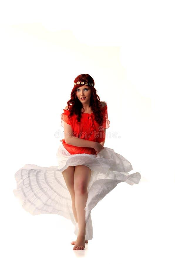 Dançarino novo do ruivo no traje étnico imagem de stock
