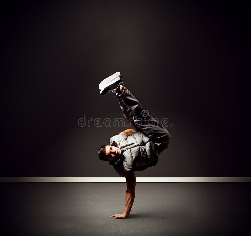 Dançarino novo fresco que está no gelo foto de stock