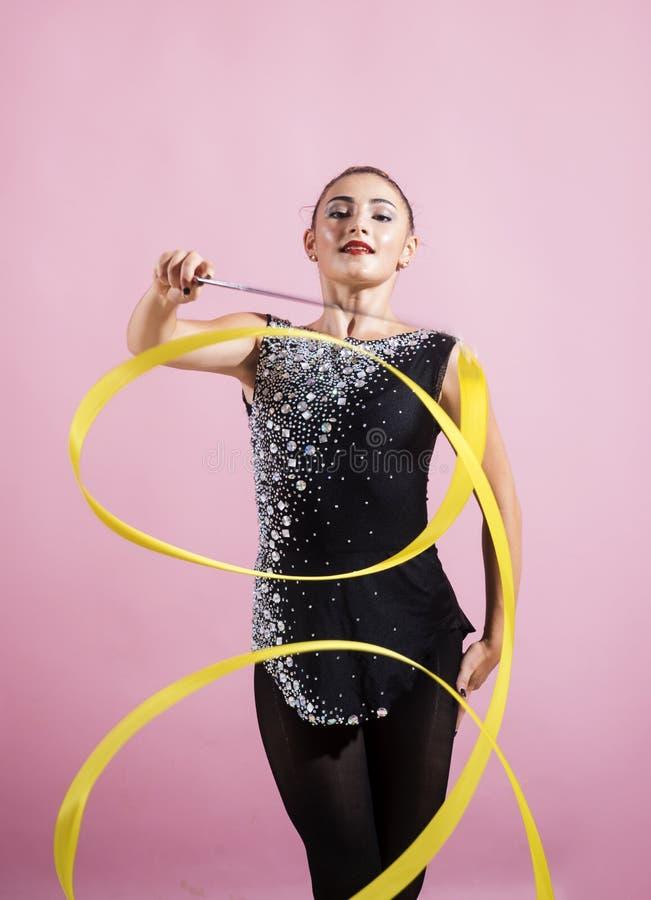 Dançarino profissional da mulher da ginasta que levanta com fita fotos de stock royalty free