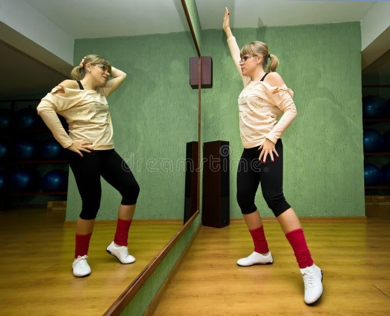 Dançarino que exercita no estúdio imagens de stock