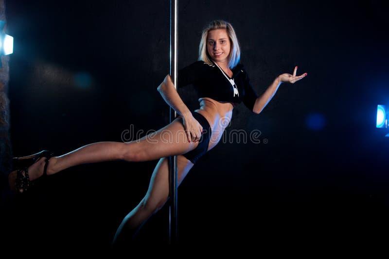 Dançarino 'sexy' novo do polo da mulher Foto do estúdio da água foto de stock royalty free