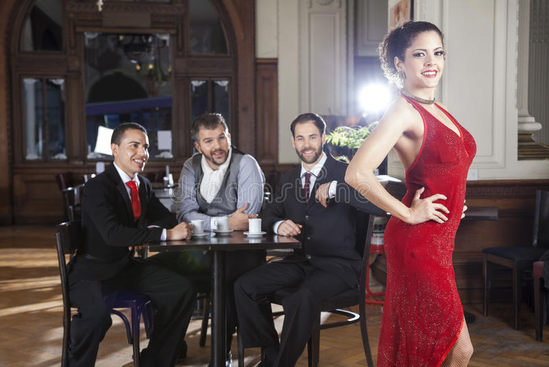 Dançarino Standing While Customers do tango que olha a foto de stock royalty free