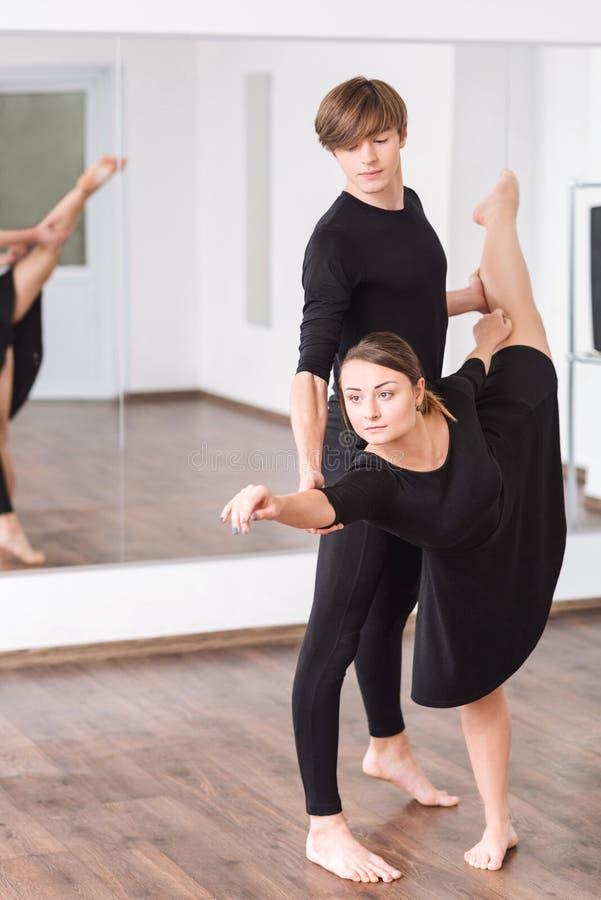 Dançarino talentoso persistente que dobra-se para a frente imagens de stock royalty free