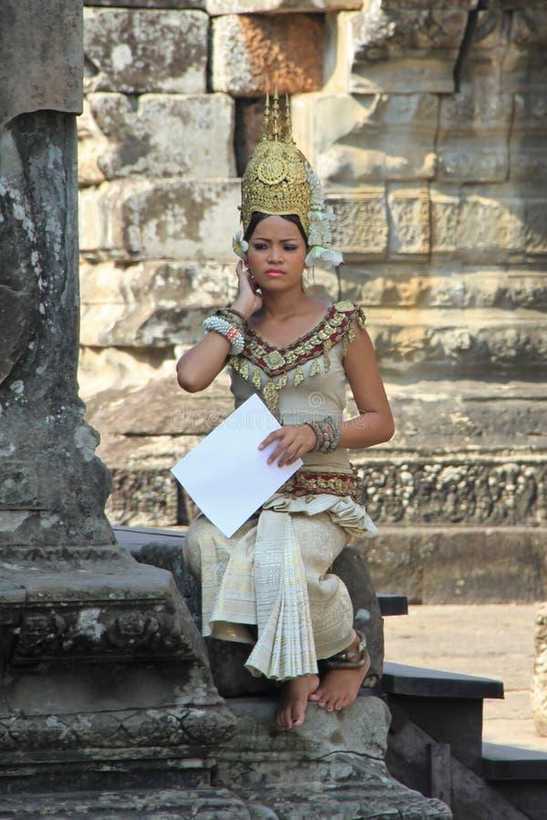 Dançarino tradicional em Angkor Wat foto de stock royalty free