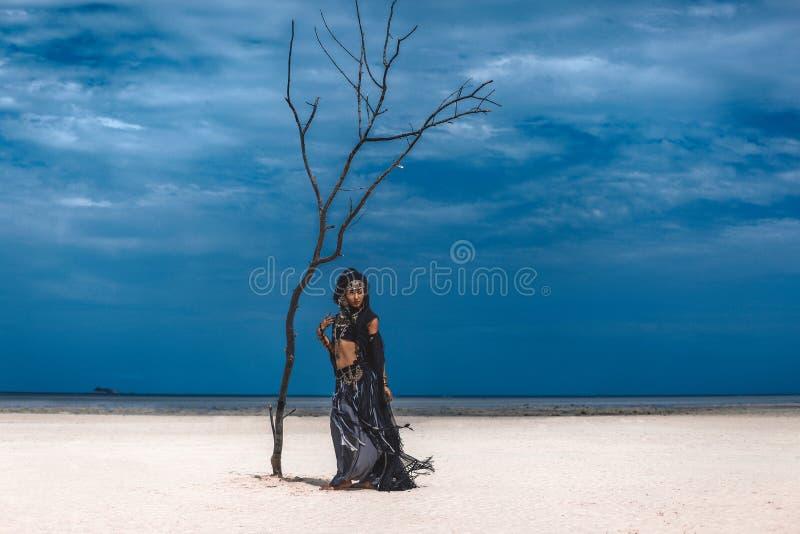 Dançarino tribal à moda novo bonito Mulher no traje oriental fotografia de stock