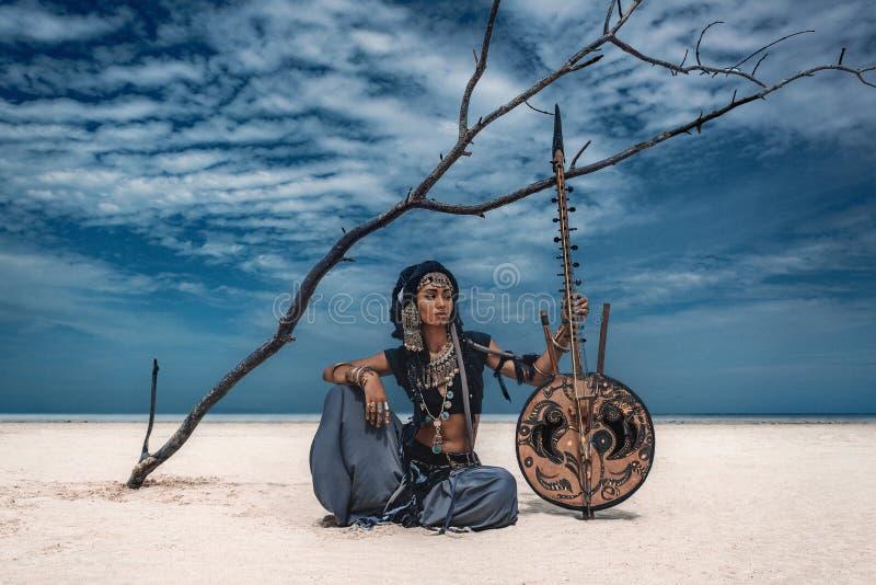 Dançarino tribal à moda novo bonito Mulher no traje oriental foto de stock