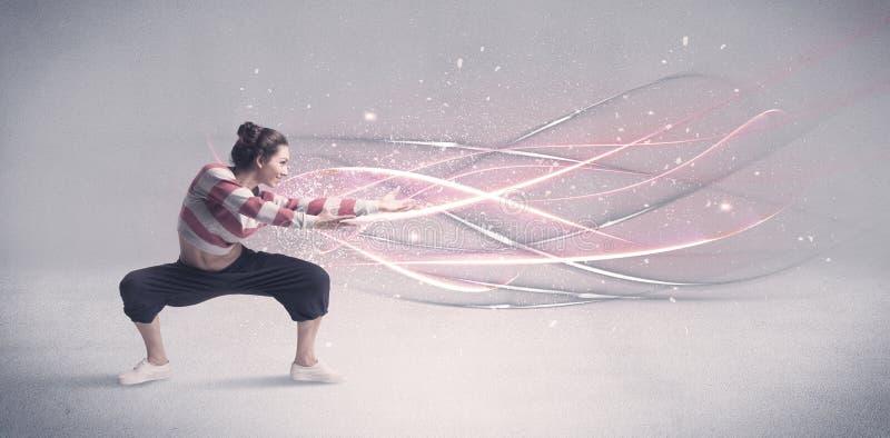 Dançarino urbano funky com linhas de incandescência imagem de stock