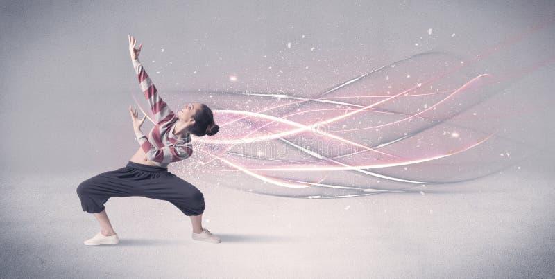 Dançarino urbano funky com linhas de incandescência fotos de stock royalty free