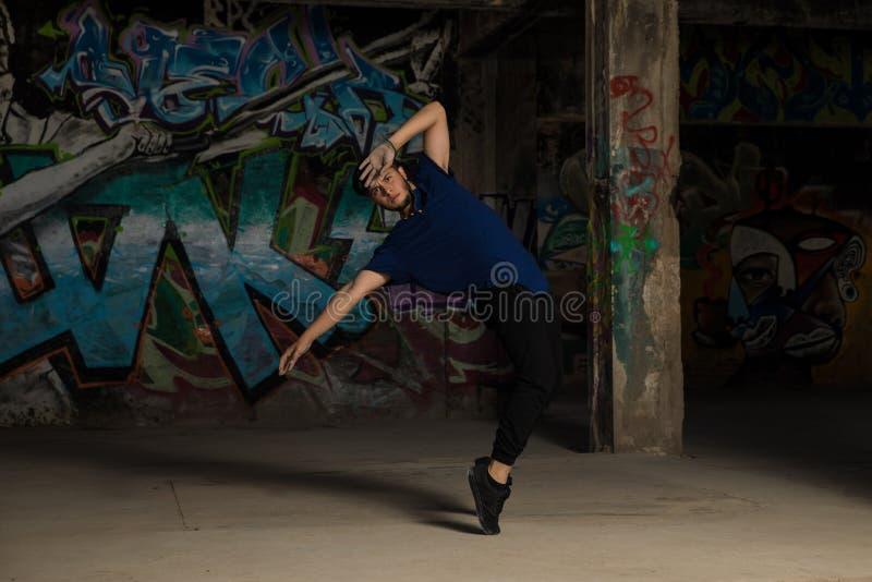 Dançarino urbano masculino que está em seus dedos do pé imagem de stock royalty free