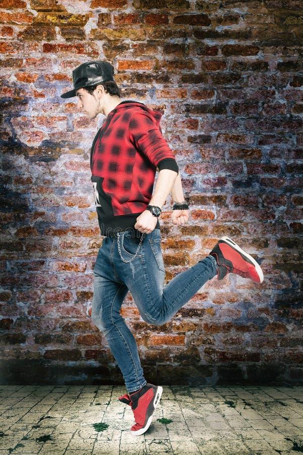Dançarino urbano novo da rua Dança na cena da cidade imagem de stock royalty free