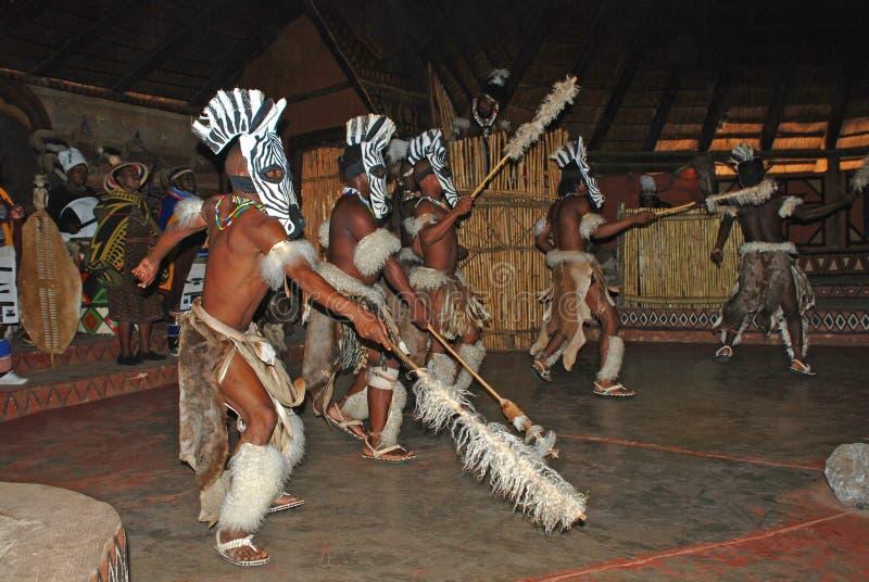 Dançarinos africanos do tribo Zulu fotos de stock