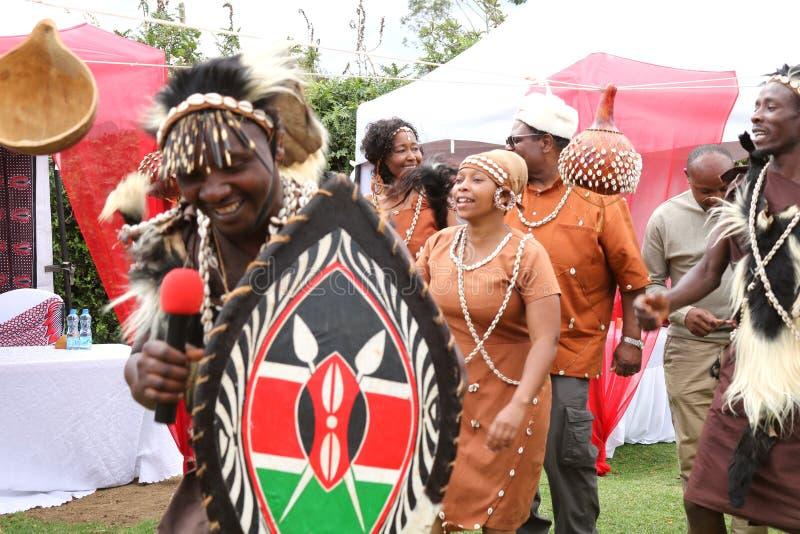 Dançarinos africanos vestidos na insígnia real tradicional que canta em uma cerimônia de casamento do kikuyu em Kenya imagens de stock royalty free