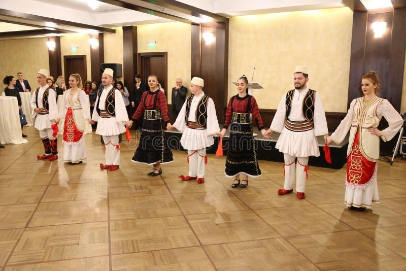 Dançarinos albaneses em trajes tradicionais imagem de stock