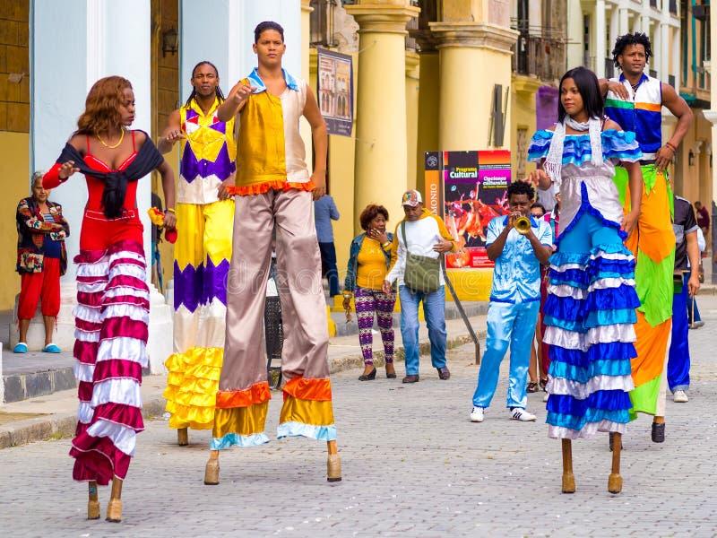 Dançarinos coloridos da rua em pernas de pau em Havana velho fotografia de stock