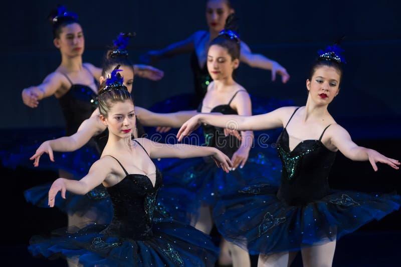 Dançarinos da escola de dança durante o bailado dos desempenhos foto de stock
