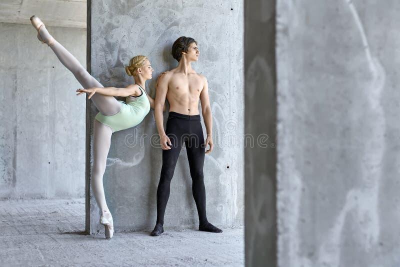 Dançarinos de bailado que levantam na construção inacabado fotos de stock royalty free