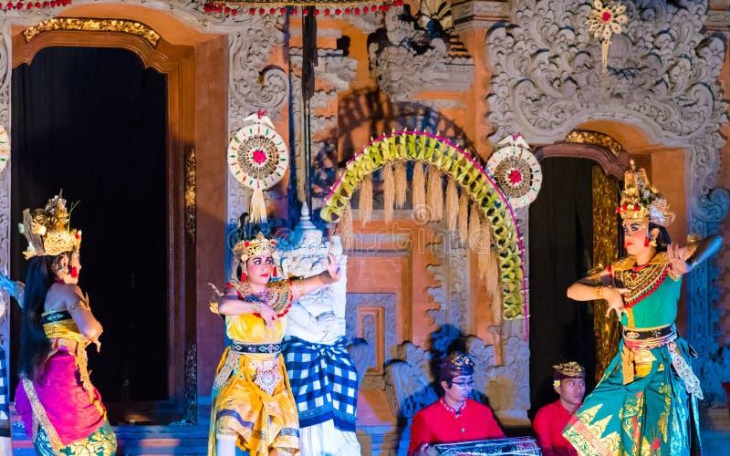 Dançarinos de Bali que executam o bailado de Ramayana em Ubud Royal Palace em Ubud, Bali, Indonésia foto de stock royalty free