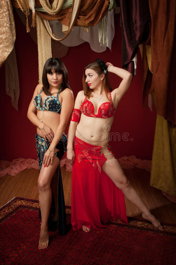 Dançarinos de barriga lindos foto de stock