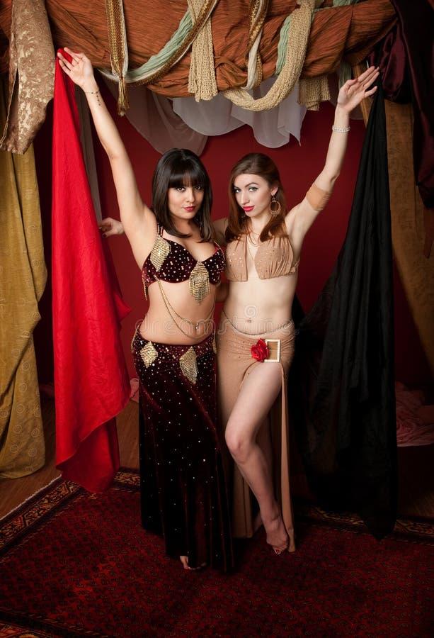 Dançarinos de barriga lindos imagem de stock