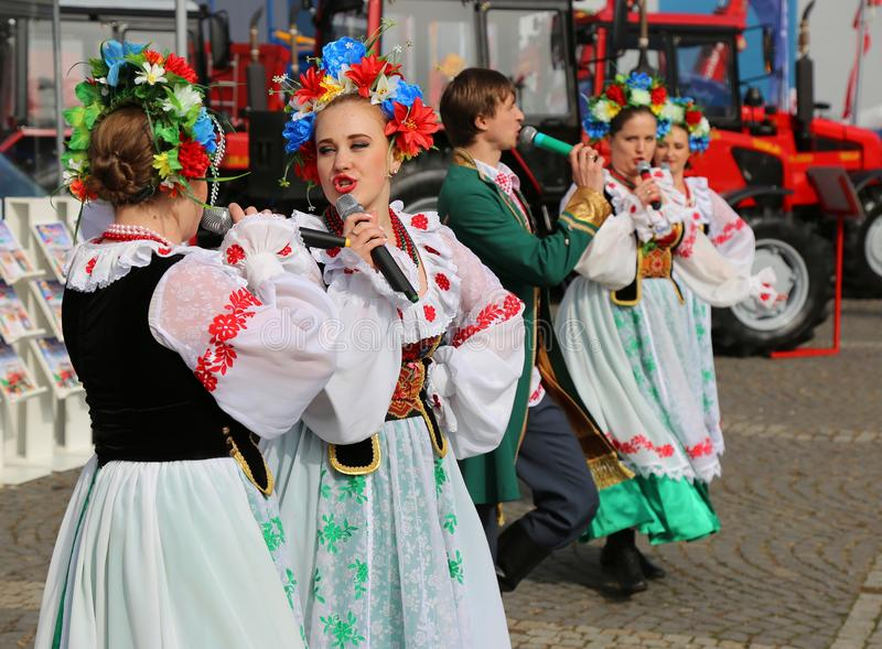 Dançarinos de Bielorrússia em trajes populares em Indagra 2017 justo fotos de stock