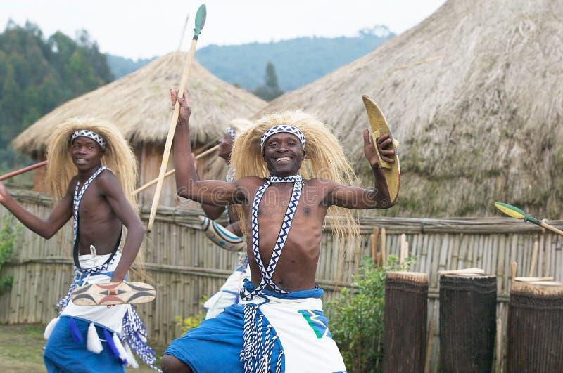 Dançarinos de Intore na vila imagem de stock