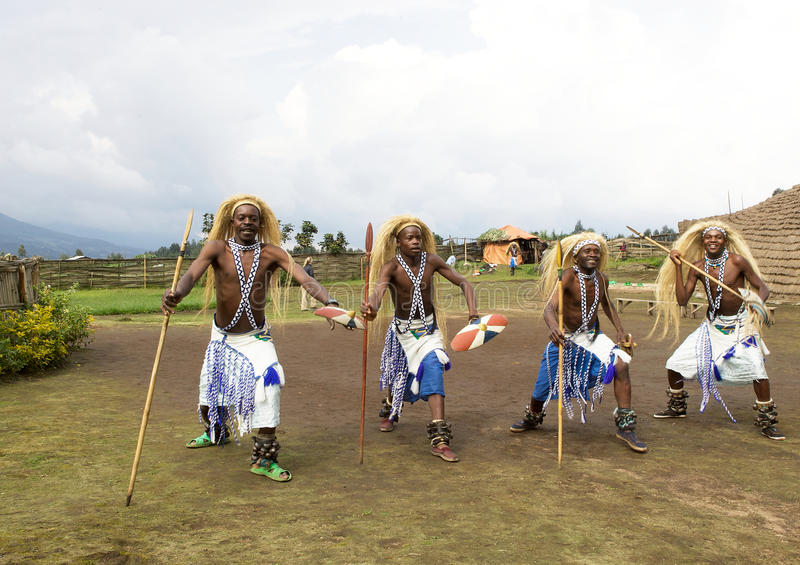Dançarinos de Intore na vila foto de stock