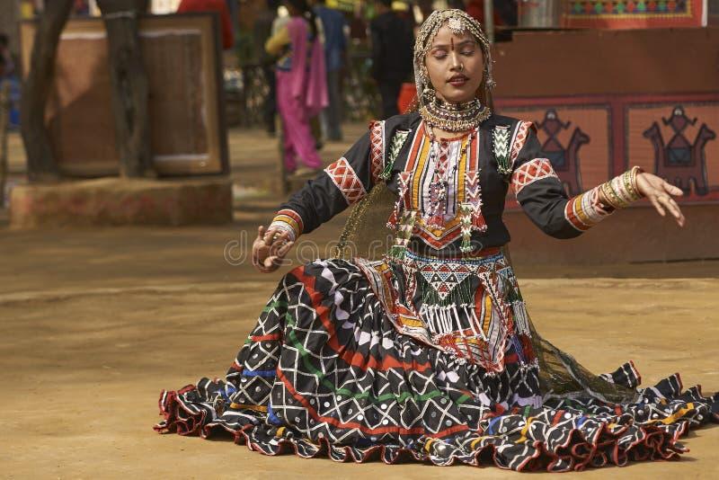 Dançarinos de Kalbelia na feira de Sarujkund perto de Deli, Índia imagens de stock royalty free