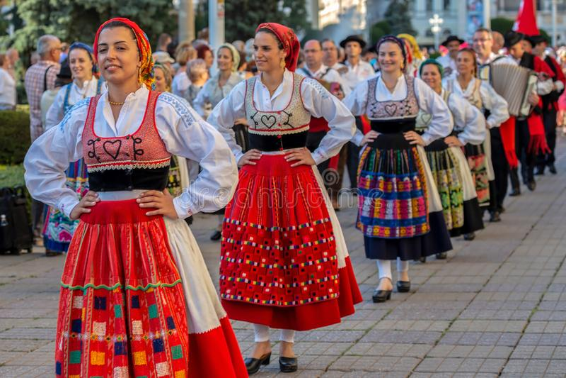Dançarinos de Portugal no traje tradicional foto de stock royalty free