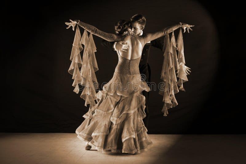 Dançarinos do Latino no salão de baile foto de stock