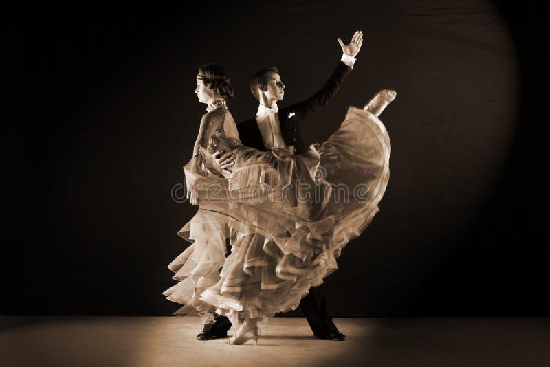 Dançarinos do Latino no salão de baile fotos de stock