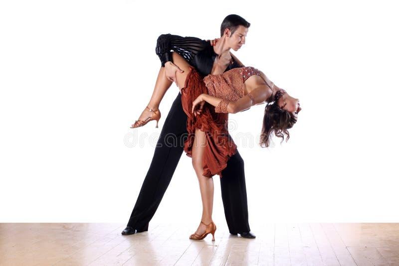 Dançarinos do Latino no salão de baile contra o fundo branco fotografia de stock