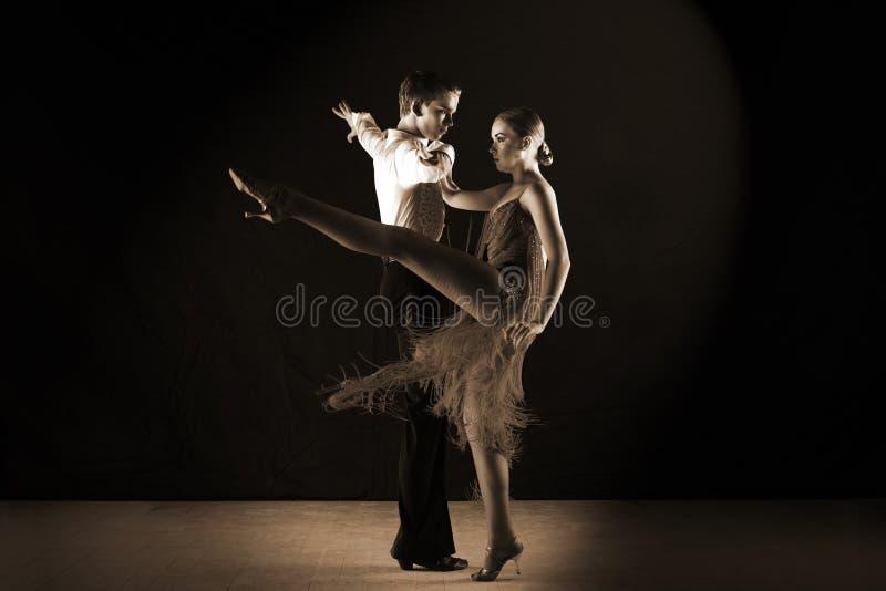 Dançarinos do Latino no salão de baile isolado no preto fotografia de stock royalty free